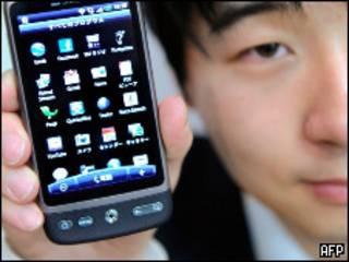 Японец с мобильным телефоном