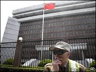 一名交通管理員在上海第一中級法院大樓外抽煙(29/3/2010)