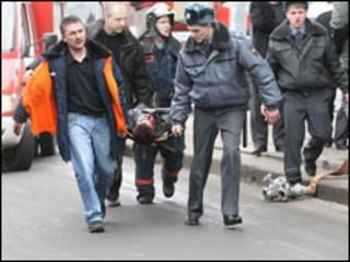 Спасатели несут пострадавшего при взрыве на носилках