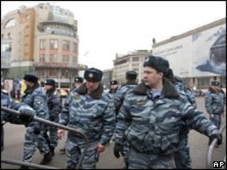 Fuerzas especiales de la policía rusa fuera de la estación de metro de Lubyanka en Moscú