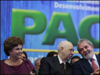 A ministra-chefe da Casa Civil, Dilam Rousseff, o vice-presidente José Alencar e o presidente Luiz Inácio Lula da Silva durante lançamento do PAC 2 nesta segunda-feira (Foto: Ricardo Stuckert / PR)