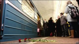 Цветы на месте взрыва в московском метро