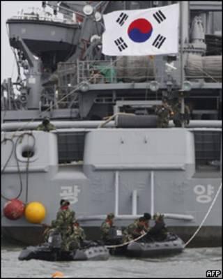 Operativo de rescate para encontrar sobrevivientes del buque de guerra hundido