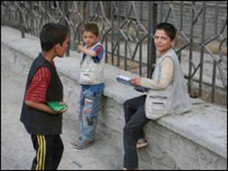 Niños mendigando en las calles de Kabul, Afganistán