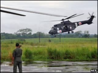 Helicóptero brasileiro parte para resgate nesta terça-feira (AFP)