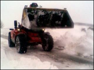 铲雪车在铲雪