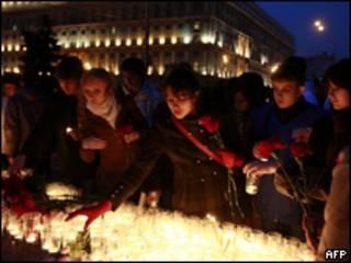 Russos prestam homenagem a vítimas de atentados em Moscou nesta quarta-feira (AFP)