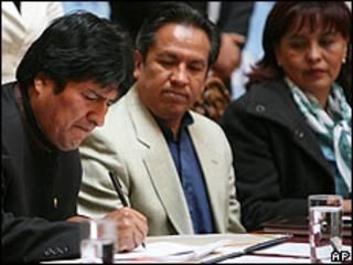 El presidente de Bolivia, Evo Morales, acompañado por el presidente del Senado, Rene Martinez, y la ministra contra la corrupción, Nardy Suxo