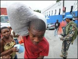 Vận chuyển hàng cứu trợ