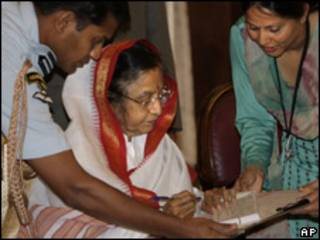 La presidenta india, Pratibha Patil, firma tras registrarse en el comienzo del censo