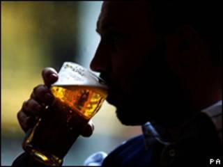 رجل يحتسي البيرة
