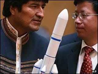 Evo Morales sostiene una réplica a escala del cohete en el que se lanzará el primer satélite boliviano