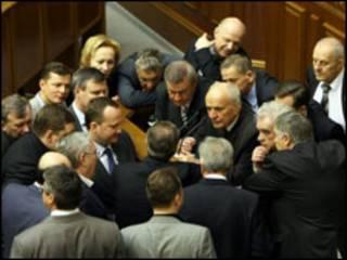 депутати БЮТ блокують трибуну, фото УНІАН