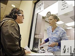 Una enfermera conversa con una paciente