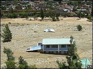 Casas enterradas por un alud en Porvenir, Perú