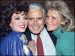 John Forsythe entre Joan Collins (esq) e Linda Evans