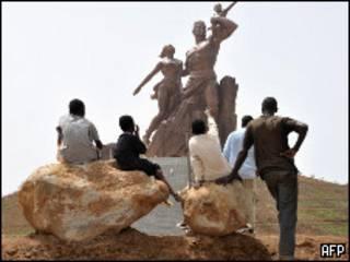 """Estatua de """"Renacimiento africano"""""""