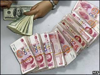 Billetes de divisa china y estadounidense.