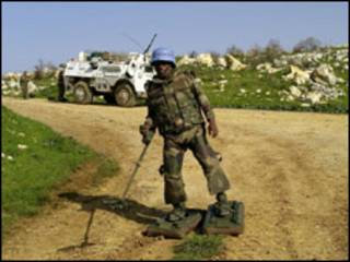 Soldado francés, en misión de Naciones Unidas, busca minas en el sur del Líbano