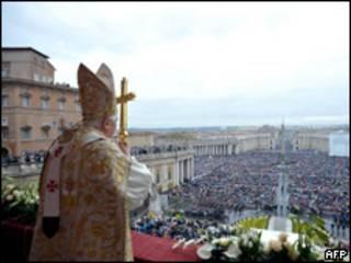 Benedicto XVI durante su tradicional mensaje Urbi et Orbi del domingo de Pascua en el Vaticano