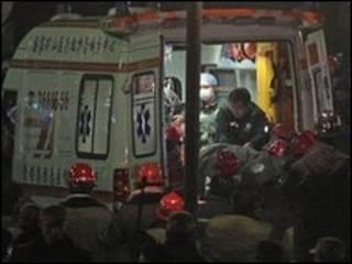 انتقال معدنچیان نجات یافته با آمبولانس
