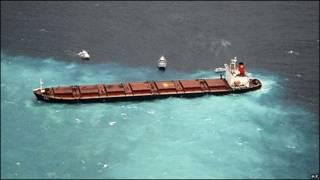Barco chino encallado cerca de la Gran Barrera de Coral en Australia