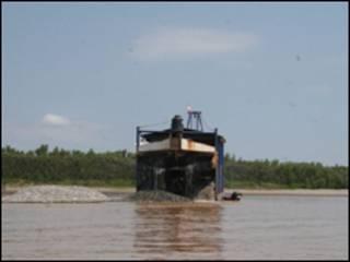 Para extraer oro del lecho del río los mineros utilizan dragas