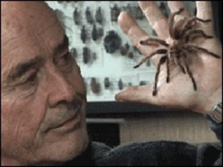 Georges Brossard con una araña en la mano.