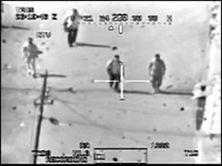 Captura del video de WikiLeaks en el que supuestamente soldados de EE.UU. atacan a civiles en Irak