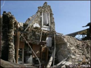 Localidad cerca de L'Aquila afectada por el terremoto hace un año.