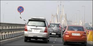 印度孟買汽車通過班德拉—沃裏跨海大橋(10/3/2010)
