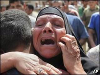 Iraquiana reage a ataque a bomba (arquivo)
