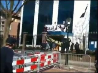 تصویری از ورود معترضان به محوطه سفارت ایران در هلند