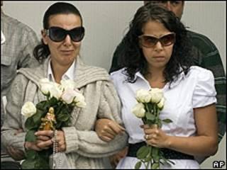 La madre de Paulette Gebara Farah (izq.) asiste al funeral de su hija