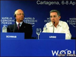 El presidente de Colombia, Álvaro Uribe  (der.)  habla al lado del presidente del Foro Económico Mundial, Klaus Schwab