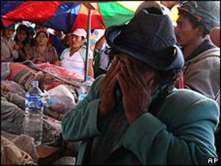 Mujer peruana ante mineros muertos.