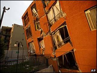 Edifico dañado por el sismo.