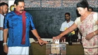 मतदान करते राजपक्षे और उनकी पत्नी