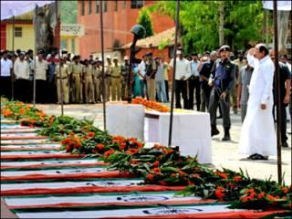 नक्सली हमले में मारे गए सीआरपीएफ़ जवानों को श्रद्धांजलि