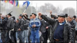 Толпа митингующих в Киргизии