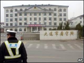 Un policía se para al frente de la prisión china donde se realizaron las ejecuciones.
