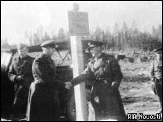 Советские и норвежские пограничники жмут руки друг другу на границе двух стран в 1944 году (РИА Новости)