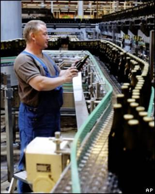Рабочий завода Carlsberg в Дании