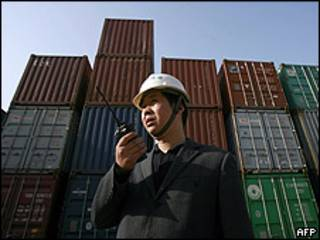 Un trabajador dirige la carga en el puerto de Wuhan, en la provincia china de Hubei