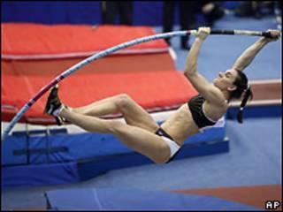 Прыгунья с шестом Елена Исинбаева совершает попытку