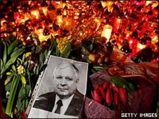 фотография Леха Качиньского на фоне поминальных свеч