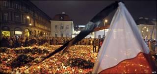 波兰华沙总统府外一片悼念烛海(10/4/2010)