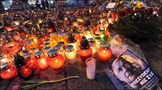 Người dân Ba Lan thắp nến và đặt hoa tưởng niệm những người thiệt mạng