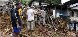 Un hombre mira su casa destruida en la favela Morro dos Prazeres