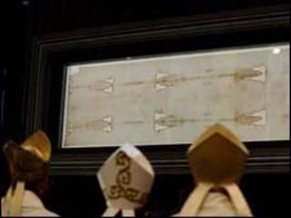 البابا يعاين الكفن بتورينو الإيطالية